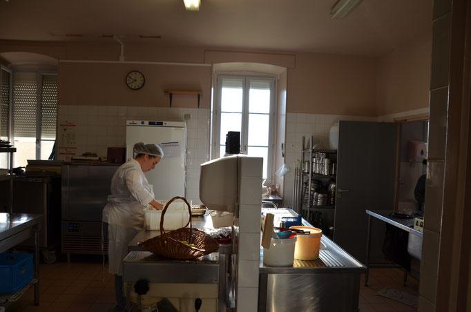 Cuisinière en train de préparer un dîner au Centre La Margeride à Saugues