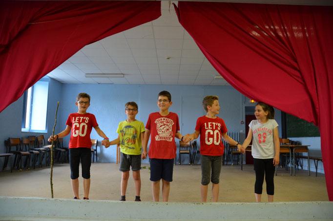 Salle de spaectacle avec des enfants sur scène au Centre La Margeride à saugues en Auvergne