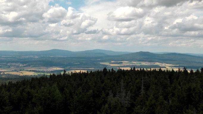 Blick links zum Ochsenkopf und rechts der Schneeberg im Naturpark Fichtelgebirge