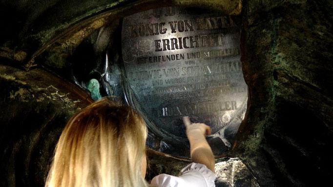 Die Inschrift der Bronzetafel innen im hochgesteckten Haar der Bavaria