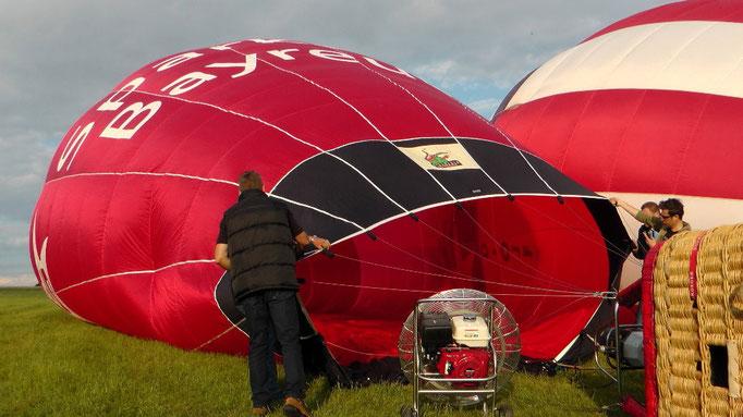 Um 19:15 Uhr wir mit einem motorgetriebenen Ventilator die Ballonhülle mit kalter Luft gefüllt. © Copyright by Olaf Timm