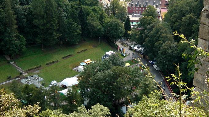 Blick von der Burgruine Hohenberneck runter in den Kurpark