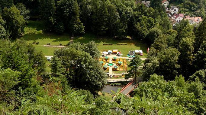 Blick von der Burgruine Marienkapelle auf den Kurpark