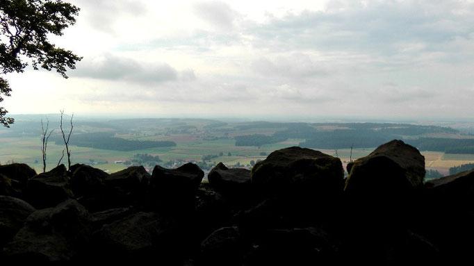 Blick von der Basaltblockhalde in die Ferne