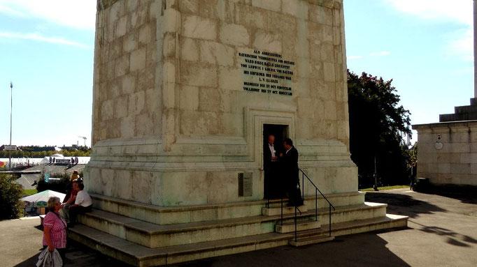 Der Eingang befindet sich auf der Rückseite der Statue