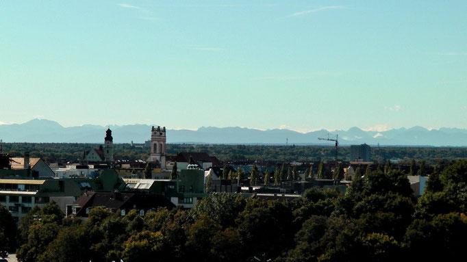 Blick aus der Bavaria im Hintergrund die Berge, spitze.