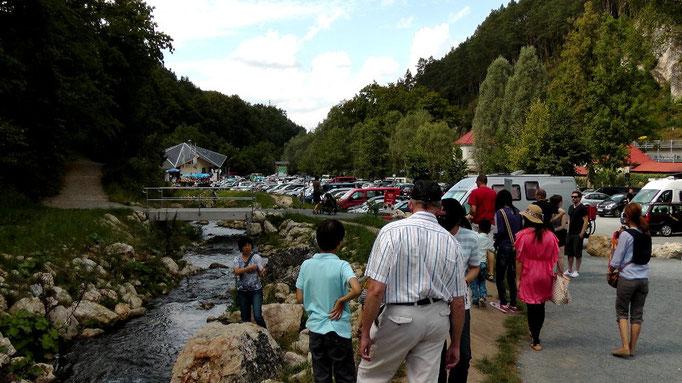 Blick vom Schöngrundsee mit Bootsverleih zum Parkplatz Sommerrodelbahn