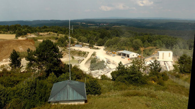 Blick vom Aussichtsturm zum Steinbruch