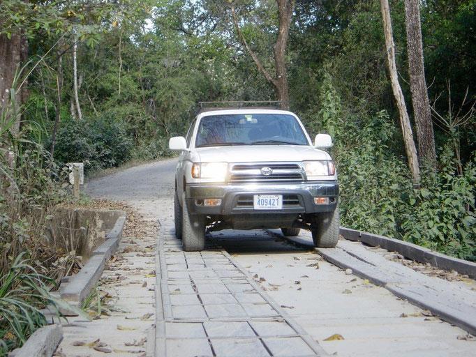 Unser 4x4 auf einer Brücke auf dem Weg zur Bonavista Lodge