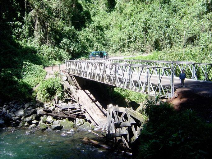 Alte Brücke eingestürzt, neue wird darüber gebaut. Das abräumen überlässt man hier der Natur !!!