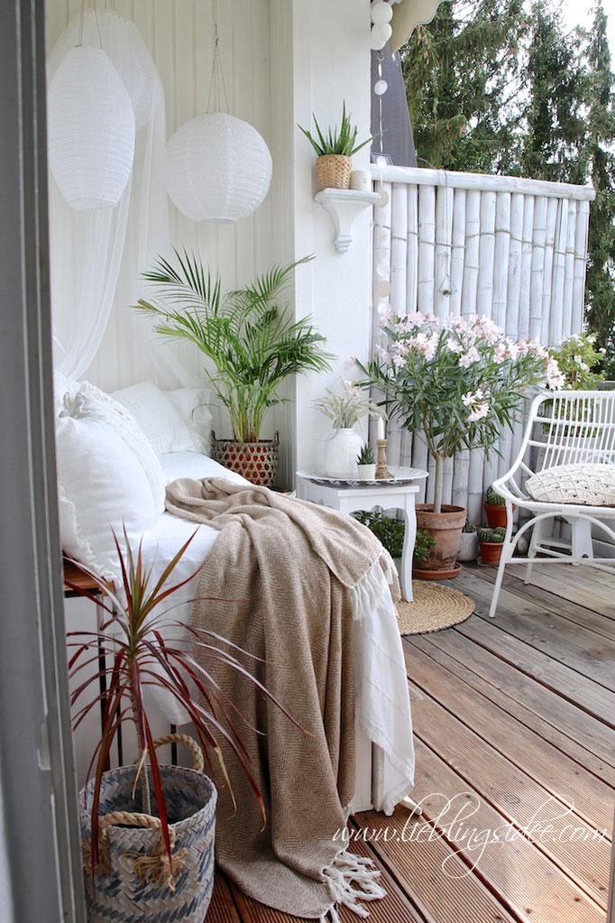 Sommerliche Dekoration auf dem Balkon