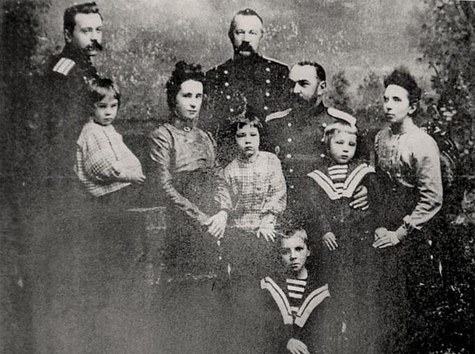 В центре Сергей Голицын. 1902
