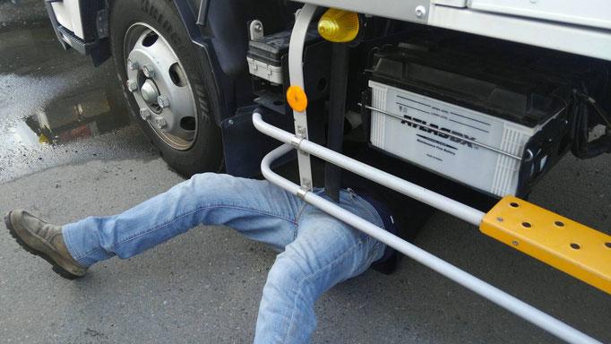 トラックの下に潜る