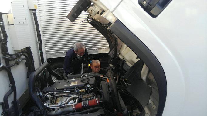 トラックのエンジンチェック