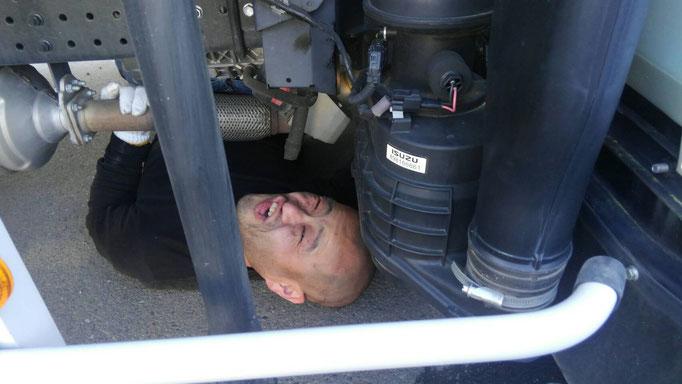 トラックの下に潜る男性2