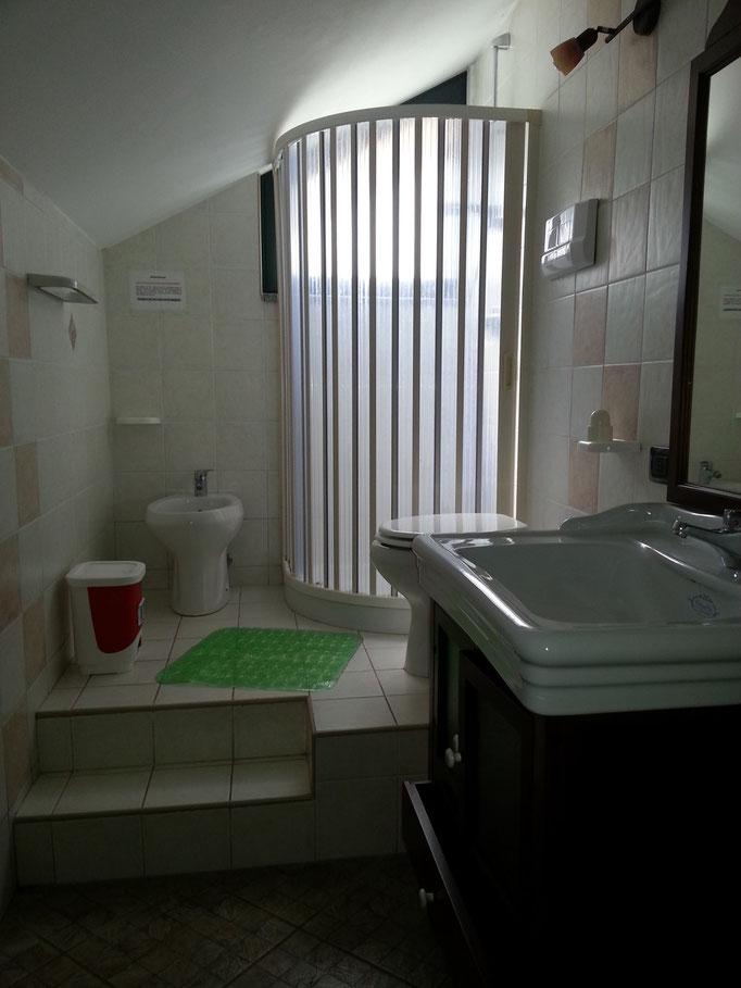 bagno: vaso, bidet, lavandino, piatto doccia con box