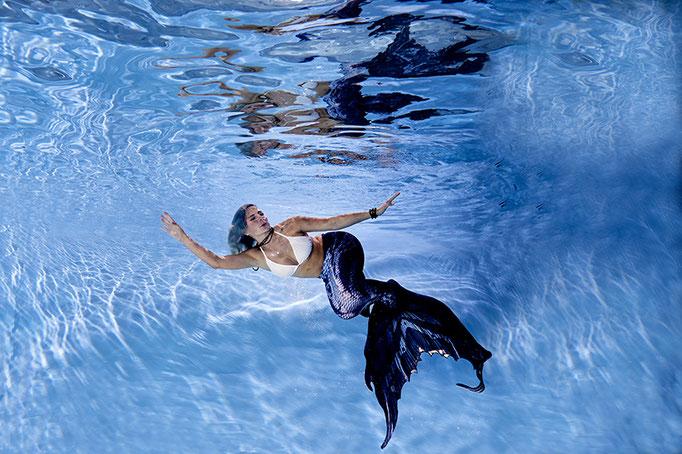 Junge Frauen Unterwasser