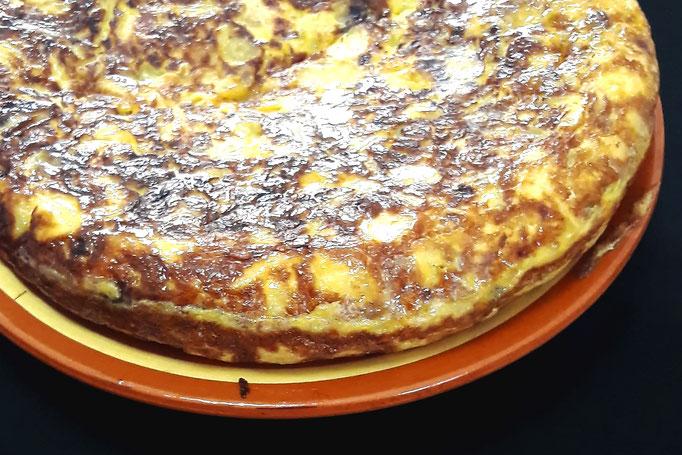 Chaude ou froide, la succulente et traditionnelle tortilla de patatas con cebolla (omelette de pommes de terre et oignons), façon Tapas Locas !