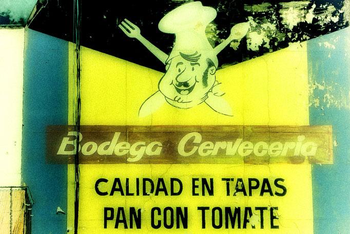 Affiche publicitaire rétro de tapas, peinte sur un mur, carrer del mar, Barcelona.