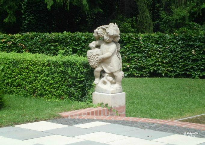 Figur im Rosengarten