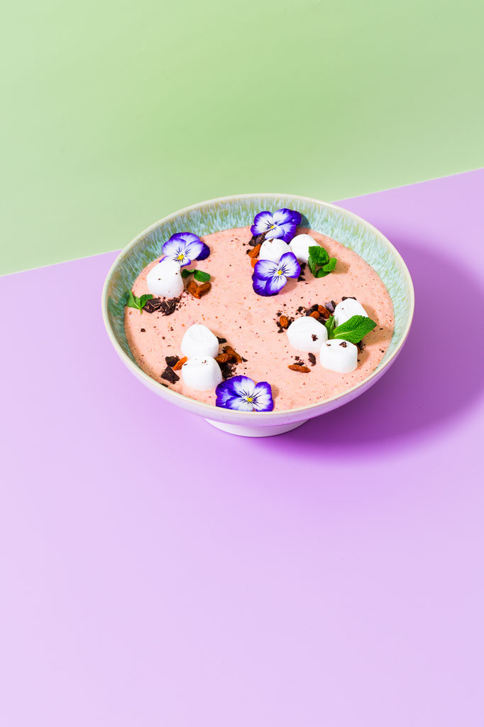 "Breakfast Bowl with edible flowers - pic taken for Gräfe und Unzer ""The Big Bowling"" cookbook - foodstyling: Ana Novais / propstyling & concept: Justyna Dembowksi"