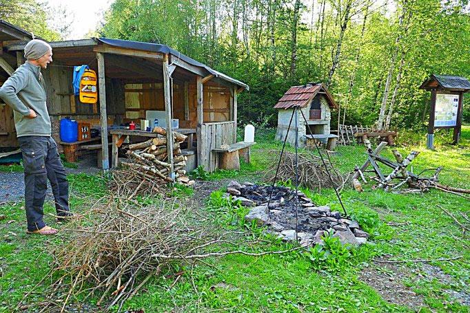 Geschafft- Holz und Reisig fertig für Feuer machen