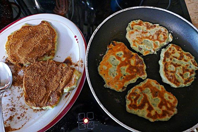 Kartoffelstampfrest mit Dinkelmehl, Maisstärke, Rosinen, Ei zu Keulchen mit Kokosblüten-Zimt-Zucker verarbeitet