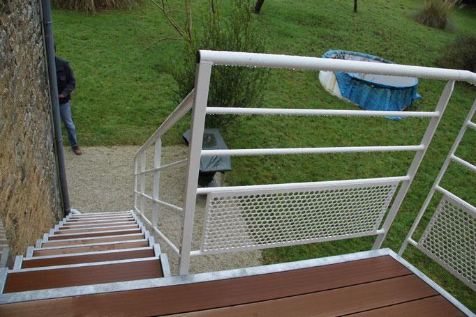 Garde-corps escalier palier acier galvanisé thermolaqué et marches bois