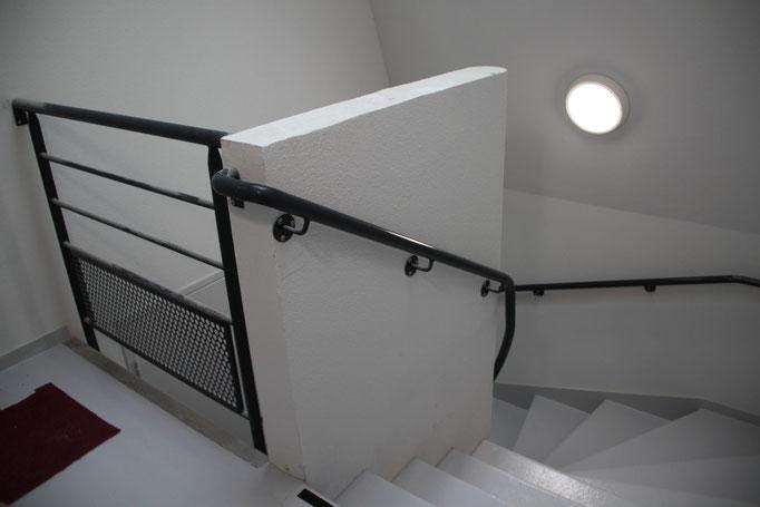 CMC Métallerie Avranches(50)-Rampe acier thermolaqué en continu pour escalier