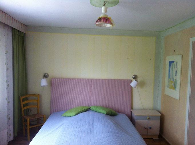 Blick auf das Bett im Schlafzimmer