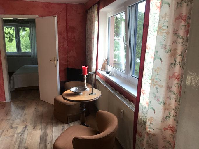 Sitzbereich des Wohnzimmers mit Blick ins Schlafzimmer