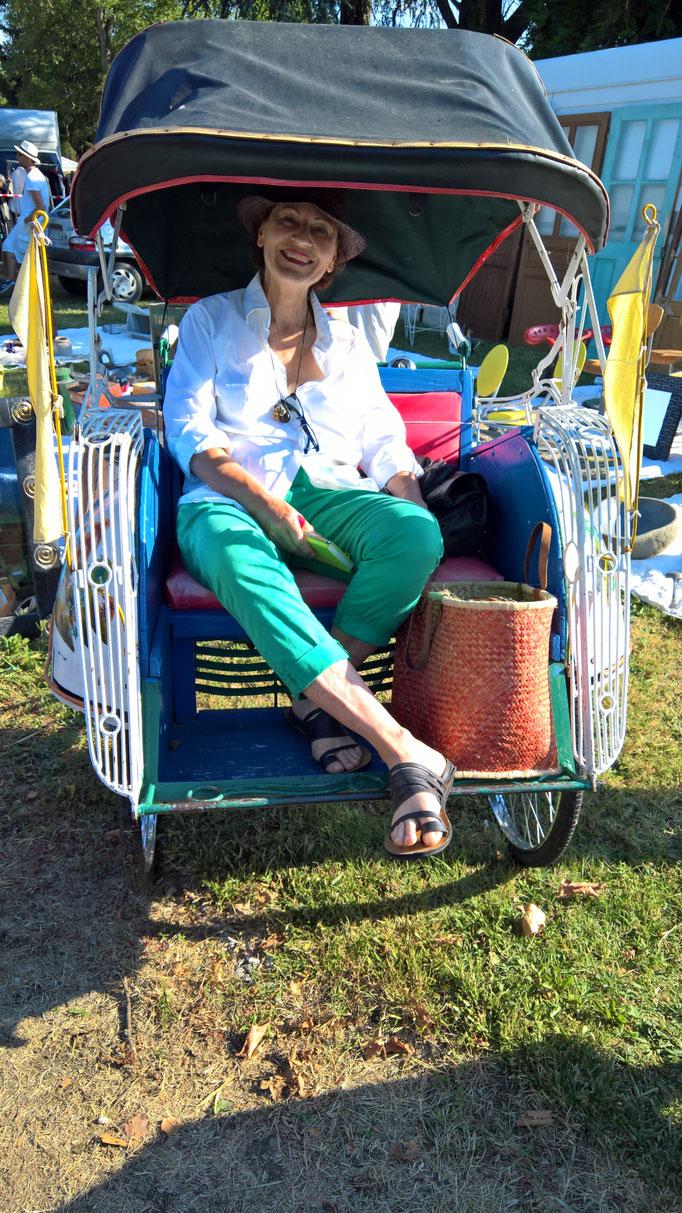 Doro in einer Rickscha auf dem Flohmarkt - hätte ich fast gekauft