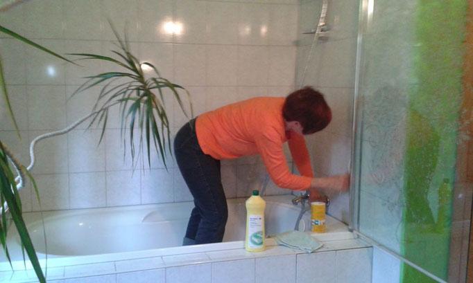 Regine fegt die Badezimmerfugen ...