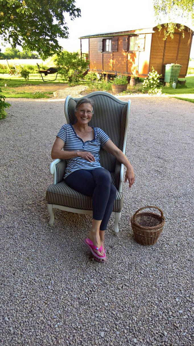 Annette probiert das französische Sitzen