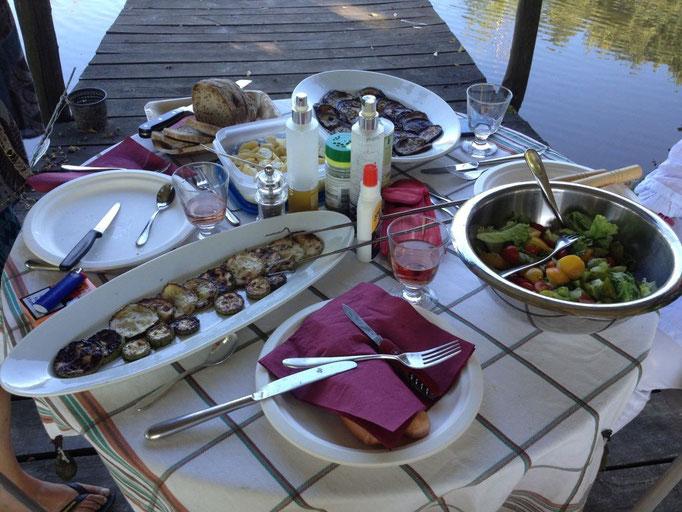 Leckeres Abendessen auf dem Steg zum See