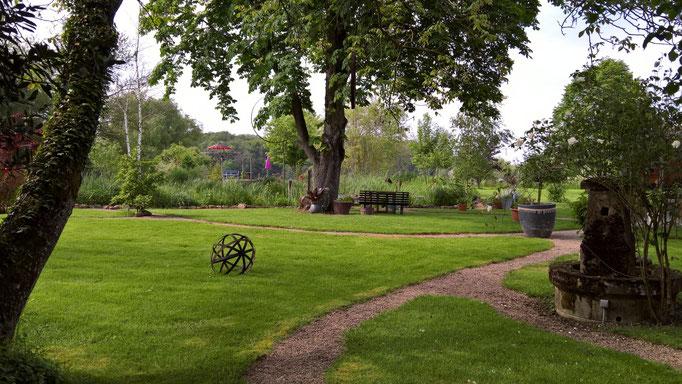 Blick in den Garten von unter der grossen alten Linde