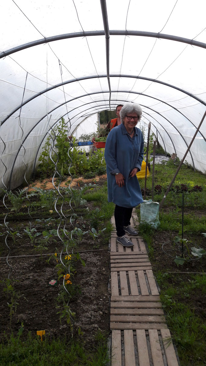 Barbara in ihrem Gemüsetunnel, wo alles herrlich wächst