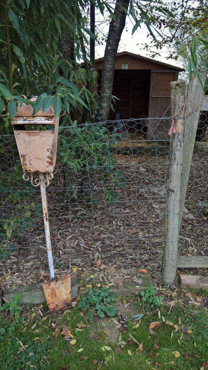 Ein Beschwerde-Briefkasten bei den Hühnern