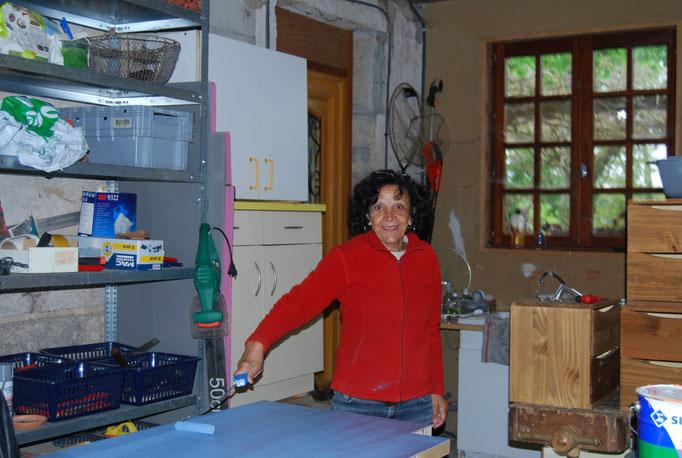 Armida-Beatrice mahlt die Türe blau