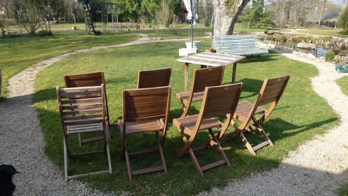 Sämtliche Gartenmöbel werden gekärchert, dann eingeölt
