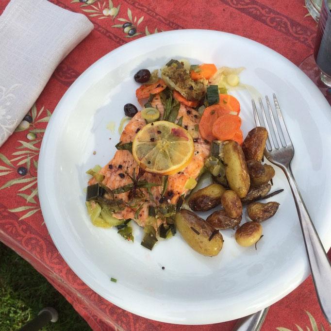 Leckerer Lachs auf Gemüsebeet