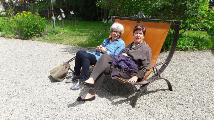 Barbara und Regine sonnen und erholen sich von all den Eindrücken