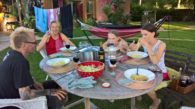 Spagetti mit Händen essen - der geplante Schock für die Eltern blieb aus ;-)