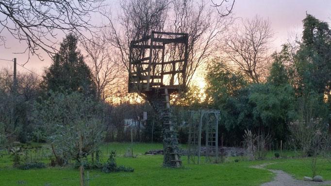 bunter Abendhimmel hinter dem Baumhaus