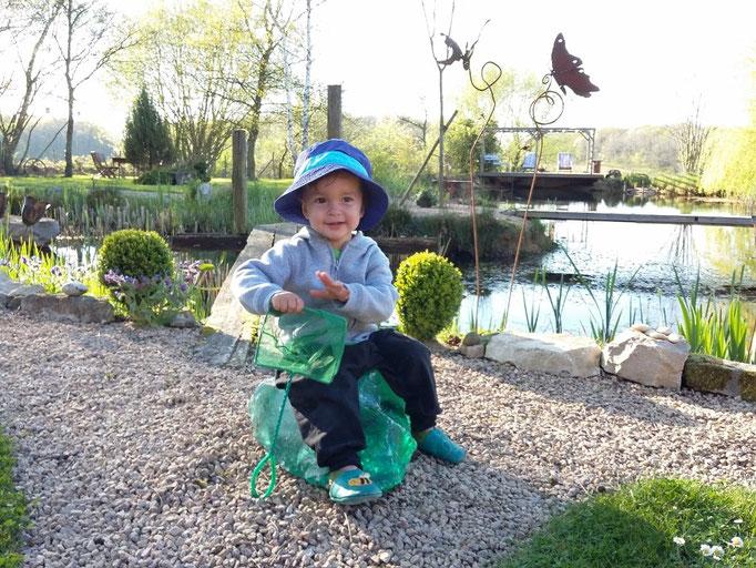 Der kleine Eliah auf dem grossen Glasstein