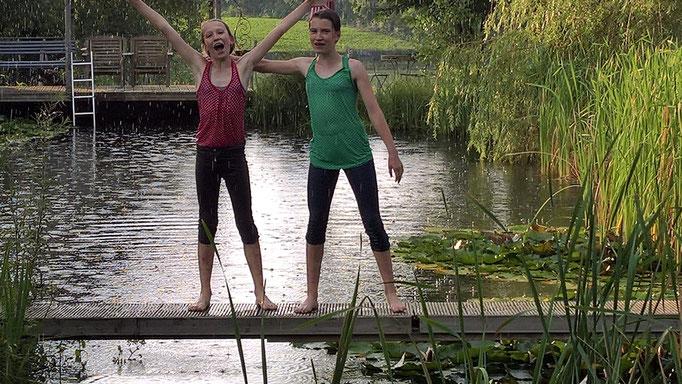 Zora und Jana hab ich mit den Kleidern ins Wasser geschubst.... bei Regen...