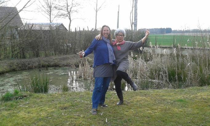 Barbara und ich posieren vor dem Teich bei Barbara