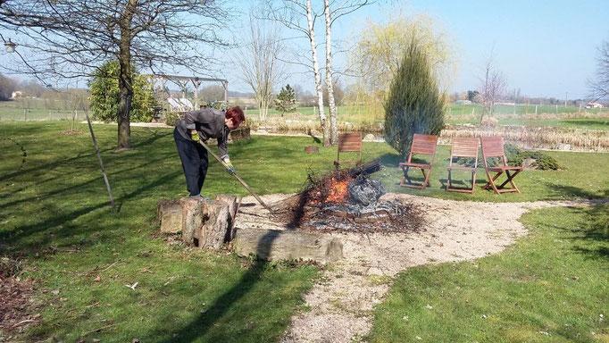 Frühlingsfeuer mit winterlichem Totholz