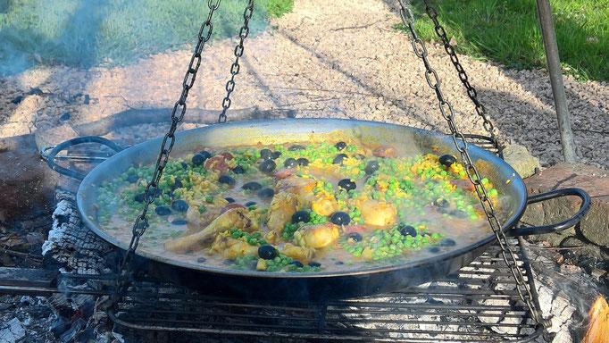 Paella auf der Feuerstelle - lecker zubereitet von René