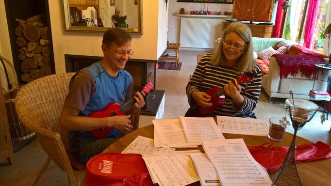 Thomas und Angela üben mit den Ukulelen (oder wie hiessen die nochmal?)